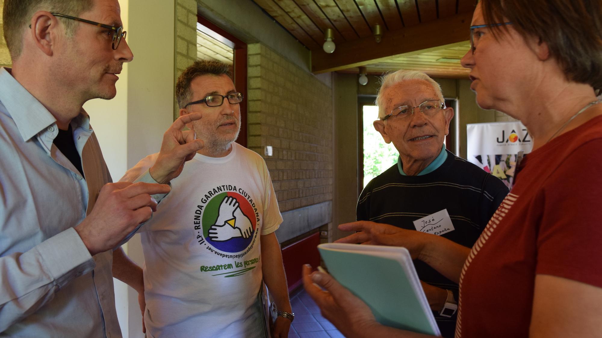 Arbeitergeschwister aus europäischen Ländern im intensiven Gespräch, traditionell vernetzt zu Pfingsten. Links der Krefelder Arbeiterpriester Albert Koolen. (c) Thomas Hohenschue