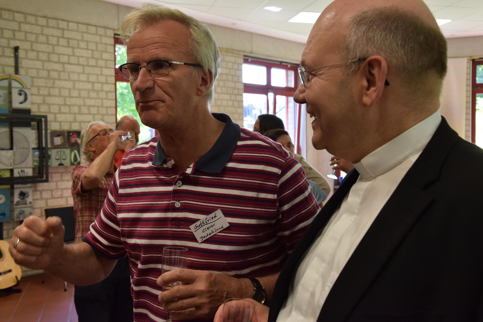 Was durch vieles trägt, ist neben Gottvertrauen auch der Humor: Bischof Helmut Dieser hört bei einer Stippvisite im Nell-Breuning-Haus einen Witz von Gottfried Klever (links). (c) Thomas Hohenschue
